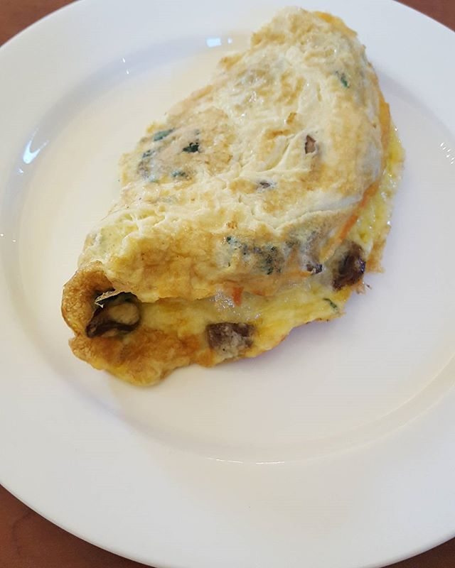 A breakfast omelette16 hours after my bowl of bone broth supper.  After an intense Monday morning barrecore class @slicefitness a cheese, mushroom and spinach omelette to break the 16 hour fast. Protein and complex carbs for optimum nutrition.