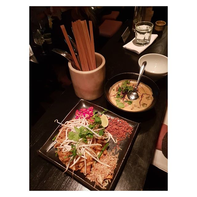 My fave London Asian Fusion restaurant Eightovereight.  Eating out healthily with a wheat free Pad Thai and Thai green curry.  Accompanied by Sake and then a cheeky glass of Prosecco. No I'm not driving!  @eightovereight @sammijoknows