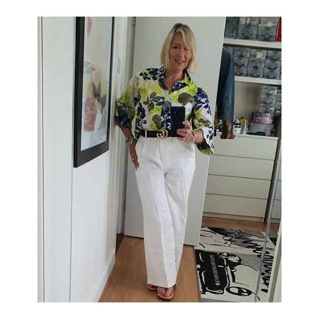 Today I'm wearing.... Linen wide legged trousers from M&S sale last year ( think they were 70% off) and Zara floral top and Gucci belt. I like to mix my High st bargains with the occasional Designer item. . . . . . #M&S
