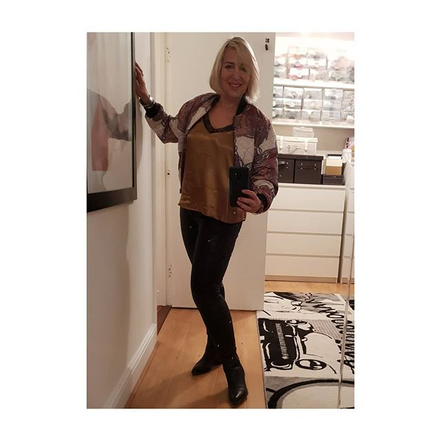 Night out wearing 80's vintage silk Versace-esque jacket teamed with current season Zara gold silk & lace camisole, black pleather jeans, and New Look cowboy boots. . Ready to par-teeee!  Thank you to @bellacampbell1 for inviting me too. Love you  . . . .