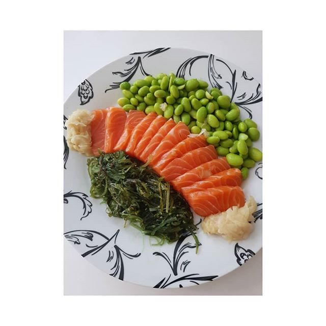 Super healthy low carb and protein lunch. . . Salmon sashimi= protein + Omega 3 fish oils. Pickled fermented ginger = Ginger is anti-inflammatory. Also fermented ginger is a probiotic in the same way as sauerkraut for good gut health . Edamame beans = healthy fibre, antioxidants and Vit K. Seaweed ( wakame) salad = magnesium , iodine, calcium, iron, vits A, C, E, K, B2, folate. . . . . .
